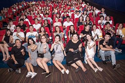 Đoàn phim nhận được sự chào đón nồng nhiệt tại các buổi giao lưu với khán giả