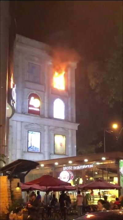 Đang biểu diễn thì có cháy, Hà Hồ xin ngừng để kiểm tra tình hình 0