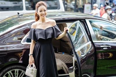 Xuất hiện tại sự kiện ở Hà Nội, Jennifer Phạm gây chú ý khi diện chiếc váy màu đen khoe vòng 1 gợi cảm.