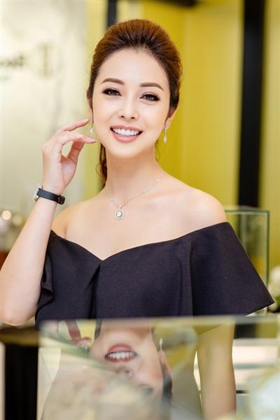 Đăng quang Hoa hậu châu Á tại Mỹ 2006, đến nay đã được 12 năm nhưng sự quan tâm của công chúng dành cho Jennifer Phạm chưa bao giờ thay đổi.