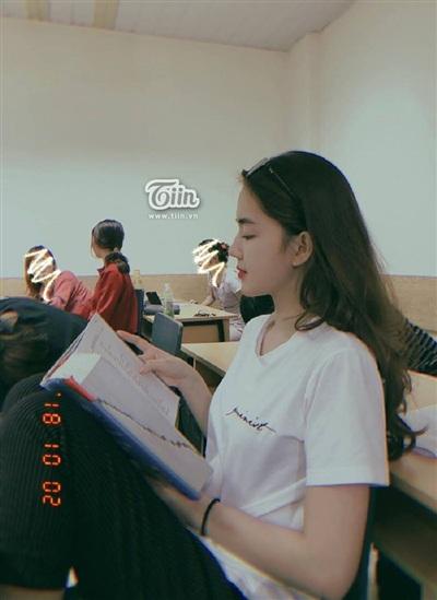 Cô nàng chăm chú đọc sách