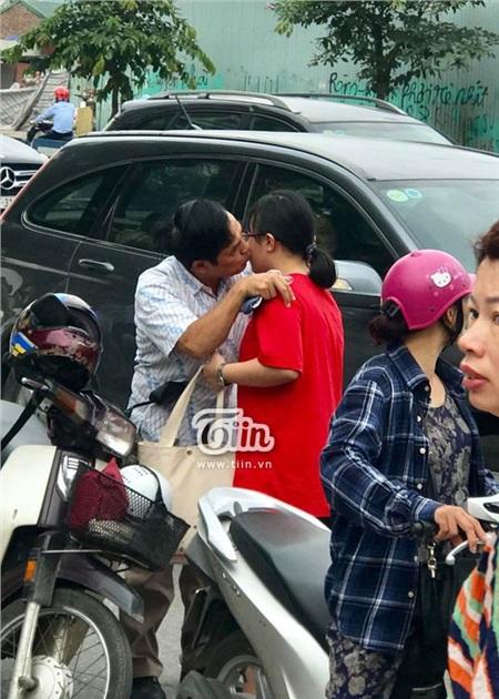 Khoảnh khắc người cha ôm hôn cô con gái nhỏ trước khi bắt đầu những môn thi chuyên cuối cùng khiến nhiều người xung quanh phải chú ý.(Ảnh: Kiên Nas - Kỳ Duyên)