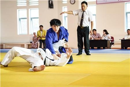 Quá nhập vai vận động viên Judo trong 'Anh trai yêu quái', Isaac khiến đoàn phim khiếp sợ vì gặp ai cũng muốn vật 1