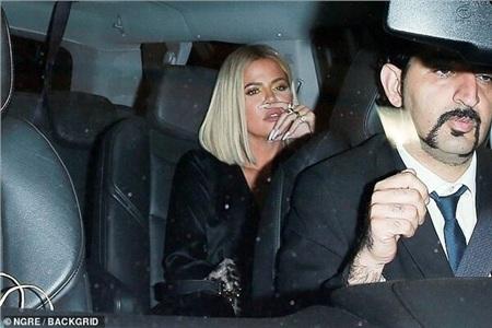 Đi cùng Kylie là chị gái Khloe Kardashian.