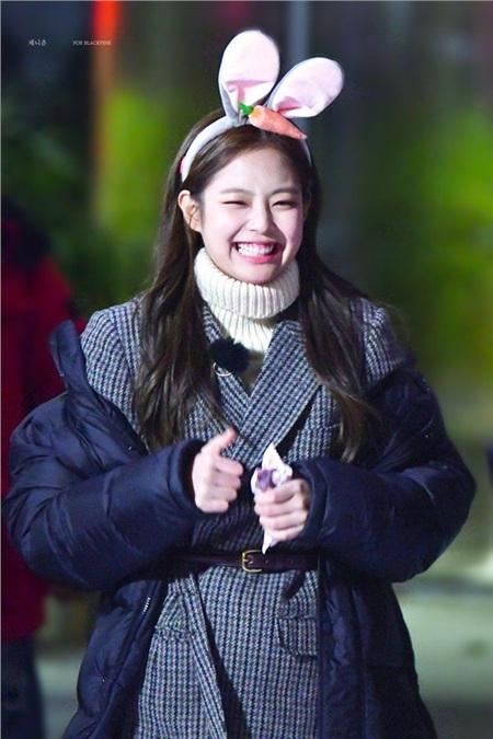 Đặc biệt là khoản làm aegyo (biểu cảm dễ thương) của Jennie cũng thuộc hàng thượng thừa. Vậy mới nói khả năng 'biến hình' nhanh như chớp của nữ Idol tuổi Tý không hề tầm thường tí nào.