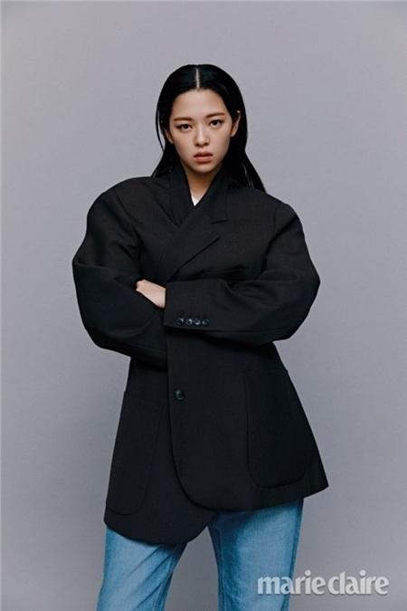 Sở hữu chiều cao 1,69m cùng với body siêu chuẩn, đặc biệt là thần thái 'lạnh tanh' cực xuất sắc, đó chính là lý do Jungyeon được đánh giá là nữ Idol có thể 'xử' mọi concept một cách nhẹ nhàng.