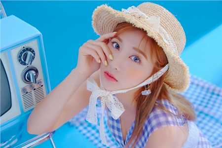 Apink là một nhóm nhạc nữ theo đuổi concept đáng yêu và gương mặt hiền hậu của Hayoung là một điểm cộng để truyền tải màu sắc này.