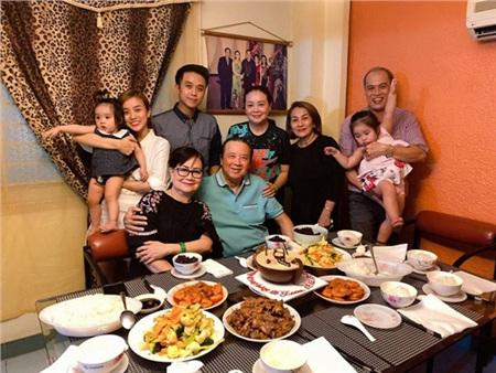 Bảo Ngọc chia sẻ hình ảnh chụp với ông nội và gia đình