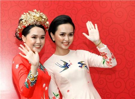 Hai chị em cùng một tông trang điểm khiến Quỳnh Anh chẳng trẻ hơn chị gái mình là bao.