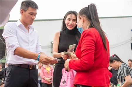 Đi từ thiện cùng chồng ngay sát Tết, Thủy Tiên bị fan trêu 'xài hao quá' vì mái tóc bạc của Công Vinh 5
