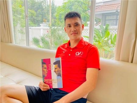 Đi từ thiện cùng chồng ngay sát Tết, Thủy Tiên bị fan trêu 'xài hao quá' vì mái tóc bạc của Công Vinh 8