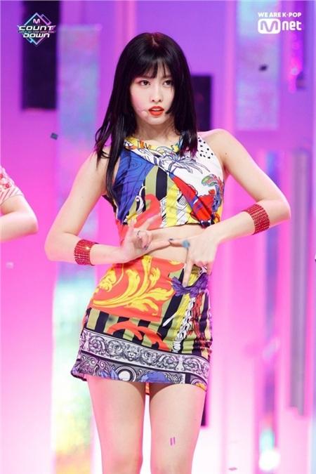 Năm 2015, quyết định đưa Momo vào đội hình chính thức của TWICE, bất chấp việc trước đó cô nàng đã bị loại, đã khiến Park Jin Young hứng chịu không ít gạch đá. Đồng thời, Momo cũng bị gọi tên bằng một biệt danh khó nghe - thành viên 'dư thừa' của TWICE.