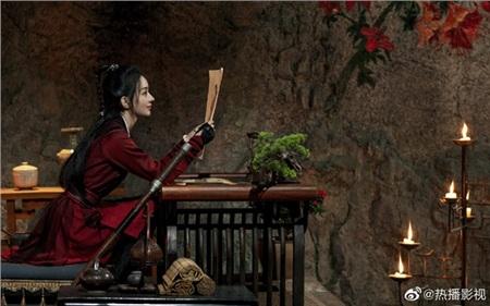 Còn trong tác phẩm mới Hữu Phỉ,vẫn trang phục đỏ nhưng kết hợp với kiểu tóc đơn giản, nét trang điểm nhẹ nhàng, Triệu Lệ Dĩnh thành công thể hiện một Chu Phỉ với tính cách phóng khoáng, hào sảng và mạnh mẽ.