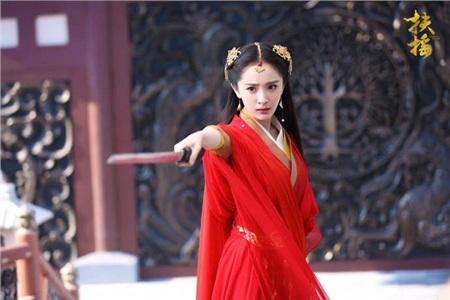 Trong Phù Dao hoàng hậu, Dương Mịch tuy có rất nhiều tạo hình nhưng mỗi lần nàng Phù Dao khoác lên mình bộ y phục đỏ luôn khiến khán giả trầm trồ vì quá đẹp. Dương Mịch với tạo hình Phù Dao không quá yếu đuối nhưng luôn pha chút nữ tính.