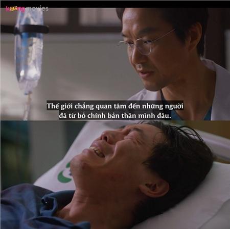 Thầy Kim thuyết phục bệnh nhân làm phẫu thuậtghép chân.