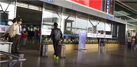 K-ICM xuất hiện tại sân bay đi Nga cùng mẹ nuôi ngay sau khi ra MV 4