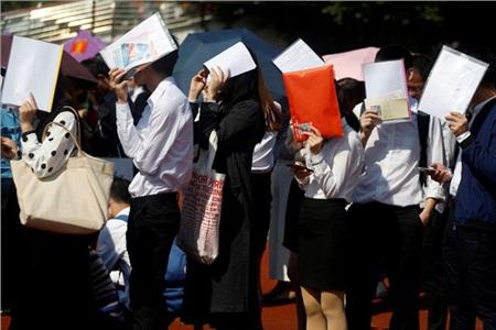 Sinh viên xếp hàng trong ngày hội việc làm ở một trường đại học tại Quảng Châu, Trung Quốc.