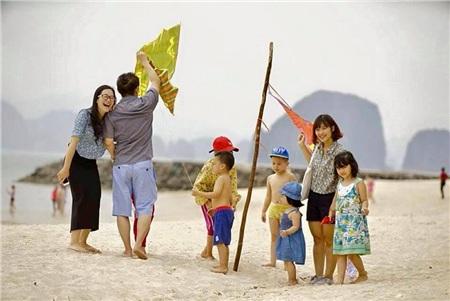 Gia đình hạnh phúc cùng nhau dạo chơi bên bờ biển