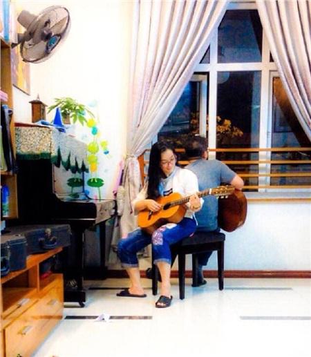 Khung cảnh hai vợ chồng cùng ngồi đàn hát với nhau thật bình yên