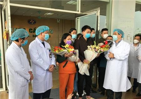 PGS Lương Ngọc Khuê (bên phải) chúc mừng hai bệnh nhân nhiễm Covid-19 xuất viện chiều 18-2