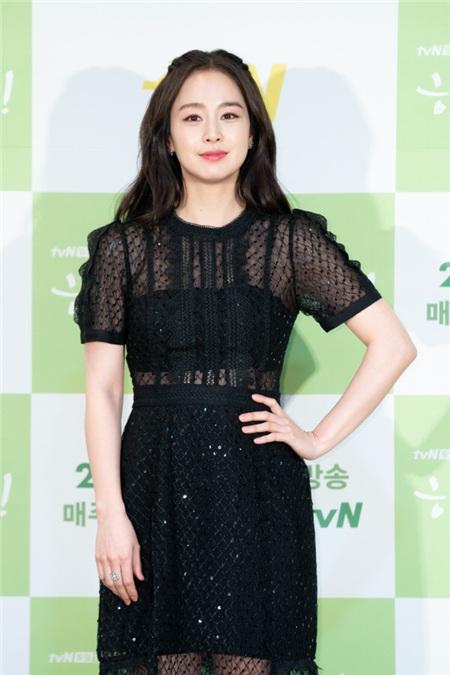 Kim Tae Hee xuất hiện với nhan sắc cực xinh đẹp trong buổi họp báo phim truyền hình Hi Bye, Mama!