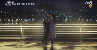 Hôn nhau mãnh liệt dưới mưa, Hyun Bin - Park Shin Hye giúp 'Memories of the Alhambra' đạt kỷ lục rating mới 7