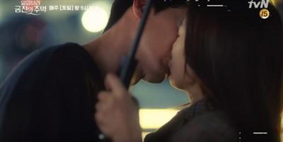 Hôn nhau mãnh liệt dưới mưa, Hyun Bin - Park Shin Hye giúp 'Memories of the Alhambra' đạt kỷ lục rating mới 5