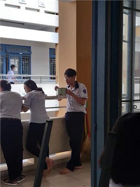 'Đang ăn cơm nhưng má bắt đi học', đúng như caption của bài viết gây bão.