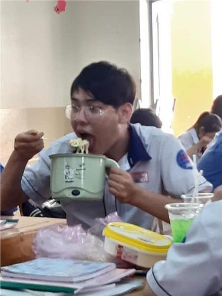 Đang ăn trưa mà bị mẹ bắt đi học, nam sinh cầm cả nồi mì đến lớp nhưng điều khiến dân mạng phát cuồng chính là vẻ đẹp trai mê hoặc 1