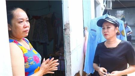 Chị Xuân (trái) vui mừng đến bật khóc khi được chị Dương (phải) thông báo miễn phí 2 tháng tiền phòng trọ. Ảnh: LÊ ÁNH