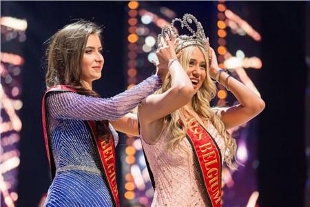 Người đẹp vấp ngã trên sân khấu đến văng cả áo lót, vẫn xuất sắc đăng quang Hoa hậu Bỉ 2020 0