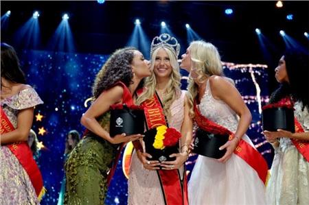 Người đẹp vấp ngã trên sân khấu đến văng cả áo lót, vẫn xuất sắc đăng quang Hoa hậu Bỉ 2020 1