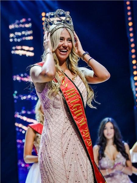 Người đẹp vấp ngã trên sân khấu đến văng cả áo lót, vẫn xuất sắc đăng quang Hoa hậu Bỉ 2020 5