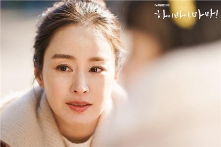 Hi Bye, Mama là bộ phim kể về cuộc đời của Cha Yoo Ri (Kim Tae Hee), một người phụ nữ hóa thành hồn ma sau khi qua đời 5 năm trước. Cô ra đi đột ngột, để lại nỗi xót thương trong lòng Jo Sang Hwa (Lee Kyu Hyung) và đứa con. Để có thể hồi sinh, Cha Yoo Ri phải thực hiện các thử thách trong vòng 49 ngày mới có thể quay về bên chồng và con gái.