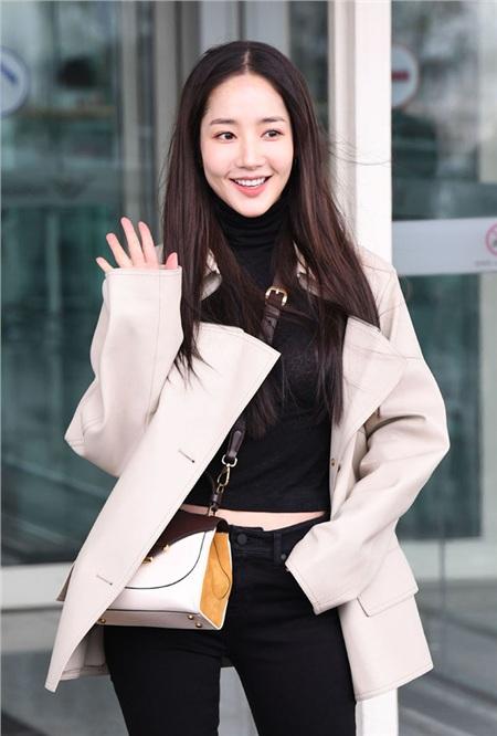 Mới đây thôi, trên đường đến dự Milan Fashion Week, Park Min Young đã chọn diện một set đồ tối giản nhưng đầy thú vị bao gồm: áo cổ lọ dáng lửng, quần skinny jeans, áo khoác ngắn và boots thấp cổ.