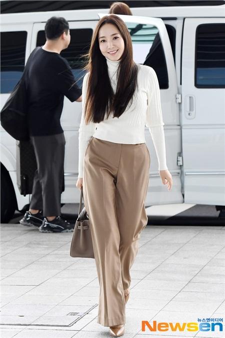 Áo trắng + quần ống rộng màu be là sự kết hợp sẽ không bao giờ khiến bạn thất vọng. Bộ đôi này thanh nhã, thời thượng và còn giúp cải thiện vóc dáng rất hiệu nghiệm nếu bạn chọn áo dáng ngắn, quần cạp cao, ống dài rồi kết lại bằng một đôi giày cao gót mũi nhọn như Park Min Young.
