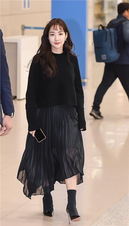 Kiểu tóc của Park Min Young ngày hôm đó có thể mất điểm, nhưng set đồ áo len + chân váy xếp li + boots thấp cổ của nữ diễn viên thì rất đáng học hỏi. Điểm 'ăn tiền' nhất của bộ cánh chính là chiếc chân váy xếp li màu đen vừa sang chảnh vừa nữ tính, duyên dáng.