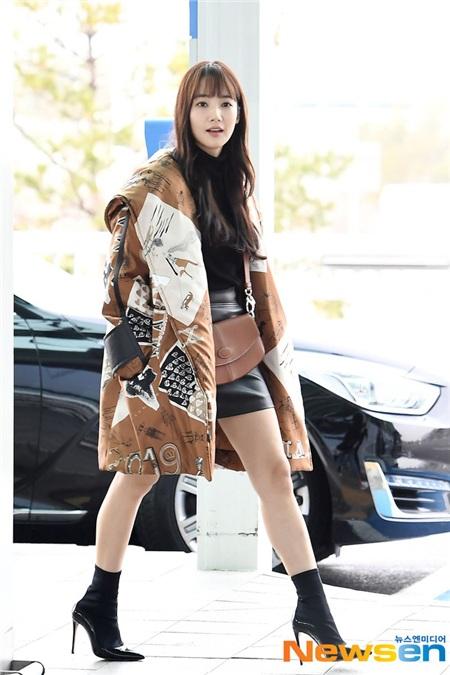 Park Min Young đã có được set đồ hết sức trẻ trung, cá tính khi kết hợp áo cổ lọ với chân váy da mini. Cũng không thể phủ nhận, đôi boots thấp cổ cùng chiếc áo khoác họa tiết đã giúp cả tổng thể thêm bắt mắt, nổi bật.