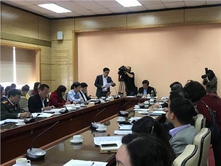 Thứ trưởng Bộ Y tế Đỗ Xuân Tuyên cho biết cách ly 2 người Trung Quốc bị sốt vừa nhập cảnh vào Việt Nam. Ảnh: Tiền phong