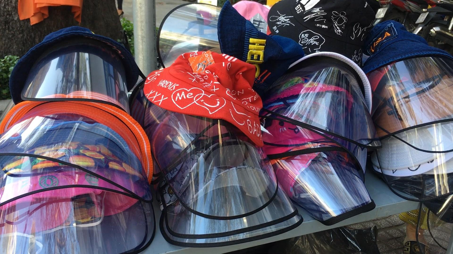 Người dân TP.HCM đổ xô tìm mua 'mũ chống dịch COVID-19'.