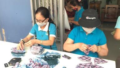 Phụ nữ phường may 30.000 khẩu trang vải tặng miễn phí cho dân