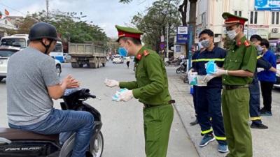 Ấm lòng hình ảnh các chiến sĩ công an xuống phố phát khẩu trang cho nhân dân giữa lúc Covid-19 diễn biến phức tạp